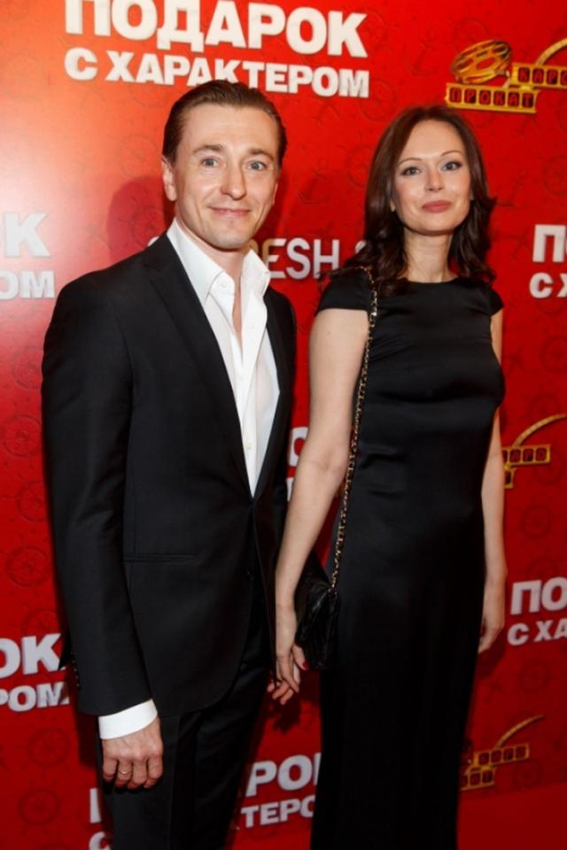 Ирина Безрукова. Замужем за Сергеем Ирина была с 2000 по 2015 год. По данным СМИ причиной развода стал новый роман актера.