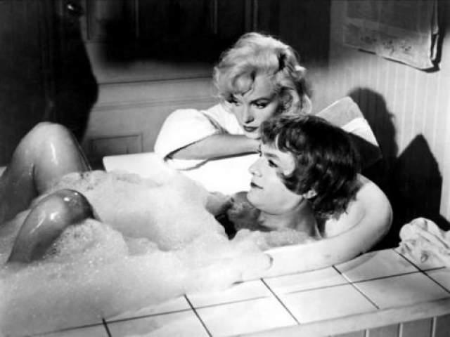 """Тони Кертис и Мерли Монро Нет ничего сложнее, чем сьемки комедии в подавленной атмосфере взаимной неприязни. В любой многими комедии """"В джазе только девушки"""" веселье, шутки легкость рождались в таких муках, что вспоминать о производстве картины впоследствии не хотел никто из актеров."""