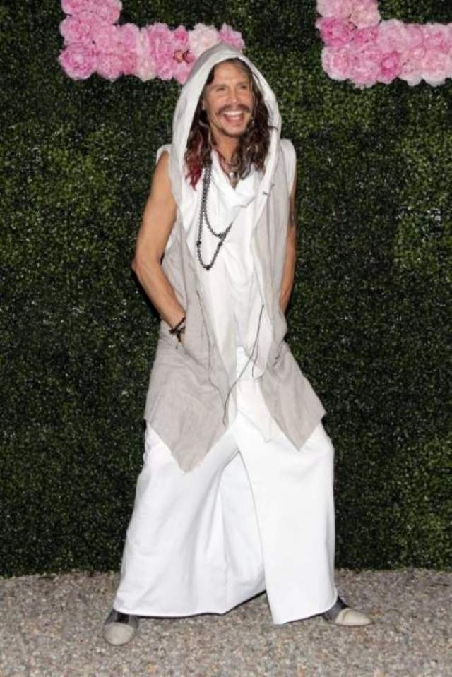 Солист группы Aerosmith Стивен Тайлер а показ новой коллекции Стеллы Маккартни в рамках Недели моды в Милане нарядился в странный ансамбль в своем неповторимом стиле.