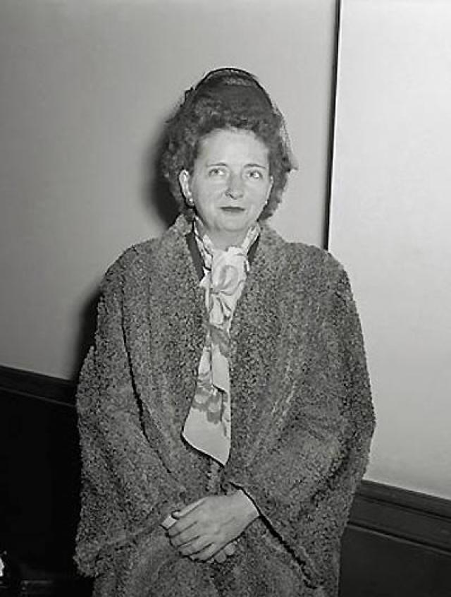"""В ноябре 1945 года Бентли, более известная как """"Лиса"""" и """"Мирна"""", разочаровалась в коммунистических идеалах и встретилась с главой ФБР Эдгаром Гувером."""