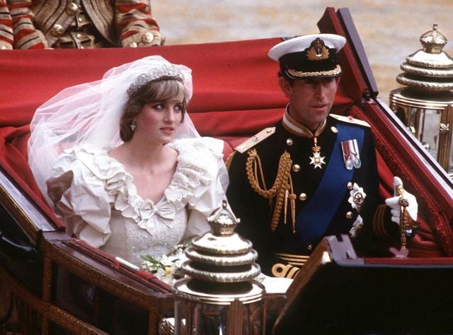 На свадьбу было приглашено две с половиной тысячи гостей, а свадебный кортеж на улицах Лондона приветствовало более 600 тысяч человек. Еще около 700 миллионов следило за церемонией по телевидению.