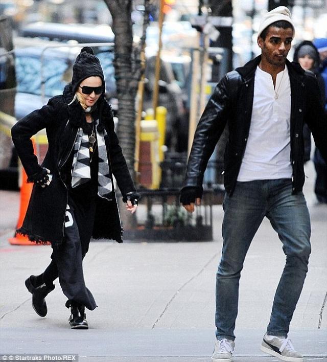 После этого пару замечали несколько раз во время прогулок. Насколько серьезны эти отношения - пока неизвестно.