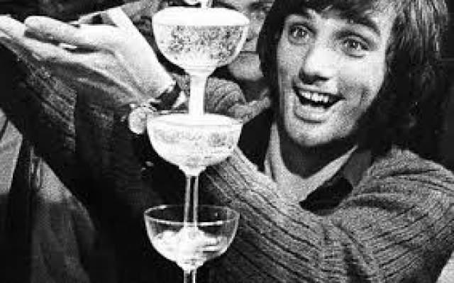 """Джордж Бест, 1946-2005, Великобритания. Еще одна легенда футбола, оказавшаяся на крючке у """"зеленого змия"""". Футбольный гений своего времени, виртуоз и авантюрист начинал карьеру бомбардира в составе """"Манчестер Юнайтед""""."""