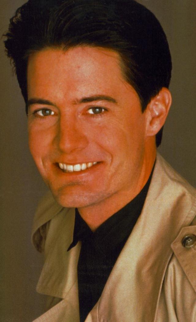"""""""Твин Пикс"""". Кайл Маклахлен. В 1992-м во время съемок приквела """"Твин Пикс: Сквозь огонь иди со мной"""" между Маклахленом и режиссером Линчем произошла серьезная ссора, поэтому в полнометражном фильме легендарный агент Купер появляется всего четыре раза."""