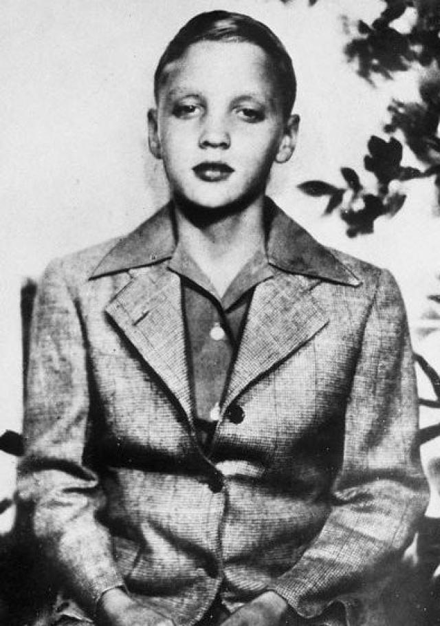 Элвис Пресли. Элвис с детства рос в окружении музыки и религии: непременным было посещение церкви и участие в церковном хоре. На одиннадцатилетие родители подарили Элвису гитару - взамен велосипеда, который семья не могла себе позволить.