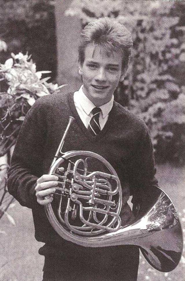 Эван МакГрегор , один из самых успешных актеров Великобритании, бросил учебу в 16 лет и устроился работать в театр.