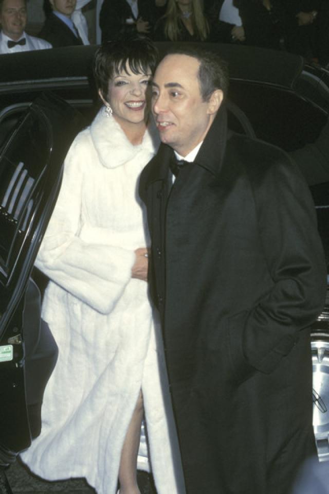 В следующий раз Миннелли вышла замуж в 2002 году за телевизионного продюсера и концертного промоутера Дэвида Геста . Отмеченный с помпой брак продлился чуть более года.