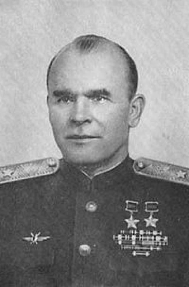 Арсений Ворожейкин. 1912-2001. Провел 30 воздушных боев, одержал 46 личных побед в ВОВ и 6 на Холхин-Голе. Герой Советского Союза.