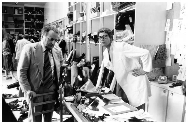 """В 1961 году Ив Сен-Лоран оставляет фирму """"Кристиан Диор"""". Вместе со своим спутником жизни Пьером Берже, уговорившим американского миллиардера Марка Робисона сделать вложение в несколько миллионов франков, основал модный дом под собственным именем, логотипом стали первые буквы его имени - YSL."""