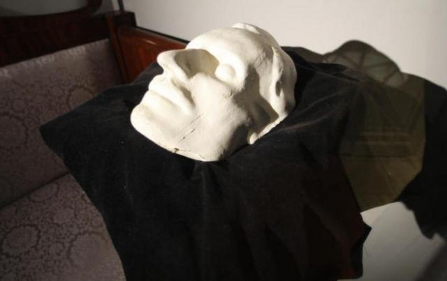 Сегодня существует много разных версий о том, кто же, все-таки, покусился на прах Гоголя, но голова Николая Васильевича так и не найдена.