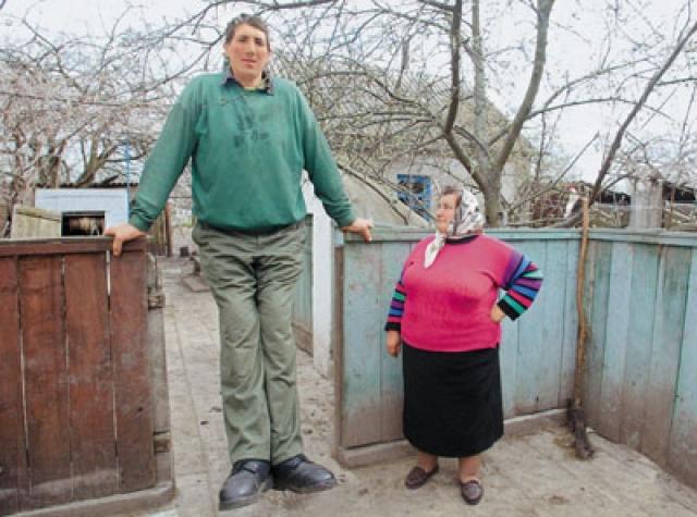 До Султана титул принадлежал Леониду Стаднику из Украины. По некоторым данным, его рост составлял 253 сантиметра, масса тела 200 кг.