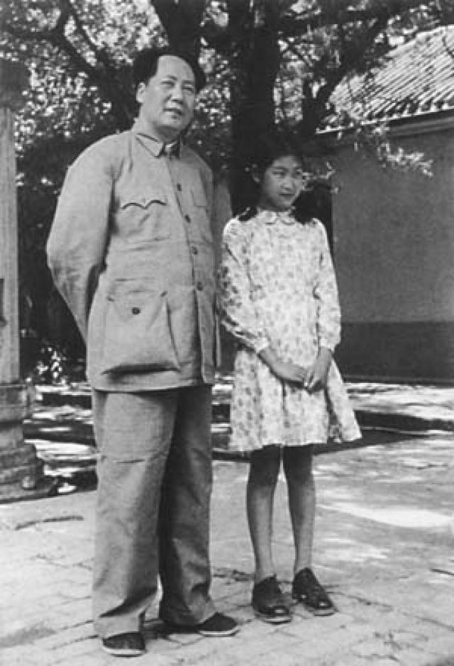 """Встреча детей и великого вождя произошла после того, как девочка Цзяоцзяо написала в Китай: """"Председатель Мао! Все говорят, что Вы - мой отец, что я Ваша родная дочь. Но в Советском Союзе я не видела Вас и не знаю, правда ли это. Вы на самом деле мой родной папа, я на самом деле Ваша родная дочь?""""."""