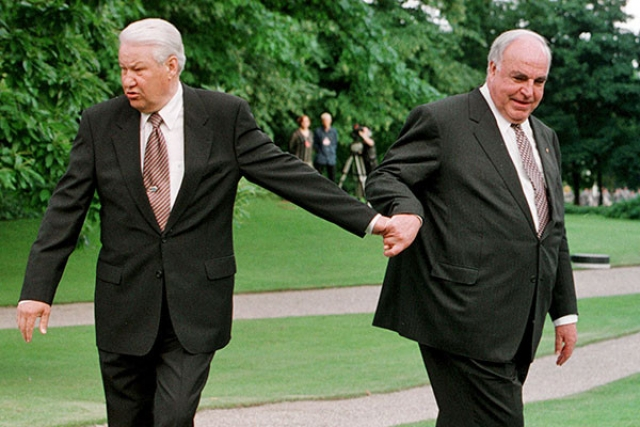 Во время первого визита в США летом 1989 Ельцин, выйдя из самолета, отвернулся от встречающей его официальной делегации и помочился на колесо.