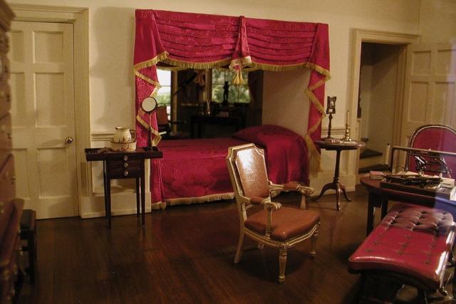Спальная комната Томаса Джефферсона . Автор американской Декларации независимости был по совместительству профессиональным архитектором. Джефферсон сам разработал собственный дом, в котором спроектировал для себя пространство для отдыха и размышлений.