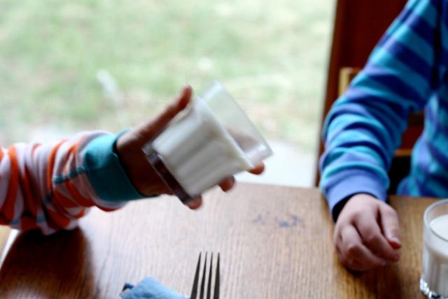 Добавьте желатин в молоко Такой стакан молока станет вкусным лакомством