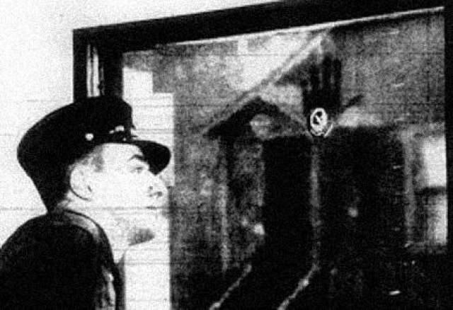 """Отпечатки пальцев погибшего пожарного В течение десятилетий, сотрудники пожарной станции """"Чикаго Файр"""" наблюдали загадочный отпечаток пальца на стекле в собственном здании. След не смывался водой, его также не получилось стереть или соскоблить, это пытались сделать несколько раз. Фотография отпечатка ладони на стекле пожарной станции """"Чикаго Файр"""", 1939 год"""