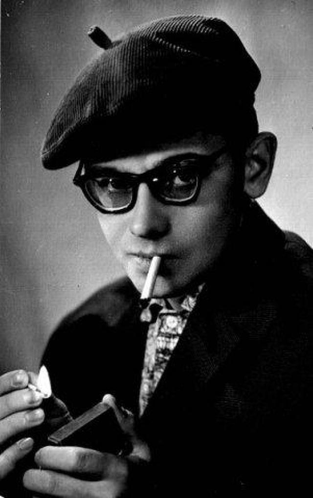 ...а во-вторых, что очень важно для молодого актера, в Москве ему жить было негде, а в Ленинграде давали квартиру.
