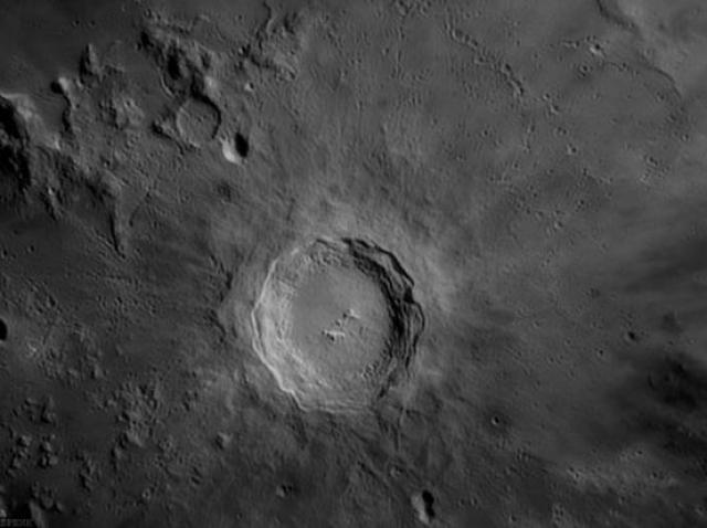 Различимый даже с Земли, кратер Коперника - это одна из самих красивых лунных достопримечательностей.