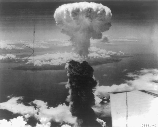 """Атомная бомба """"Толстяк"""" взорвалась на высоте 300 метров над долиной Нагасаки, а """"гриб"""" от взрыва поднялся на высоту 20 километров."""