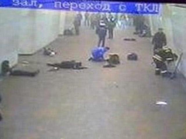 По предварительным данным взрывы произвели террористки-смертницы, приехавшие в Москву на междугороднем автобусе; мощность зарядов 1,5 кг и 3 кг тротилового эквивалента.