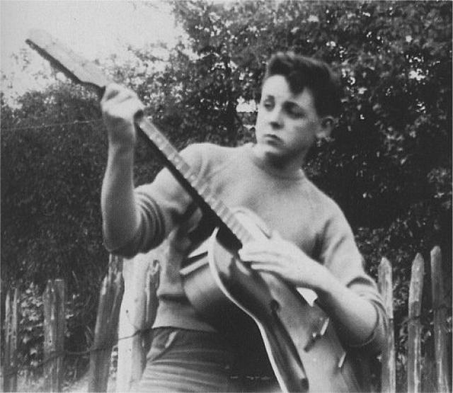 Первым профессиональным музыкальным инструментом, который купил Пол Маккартни, стала бас-гитара в форме скрипки фирмы Hofner.