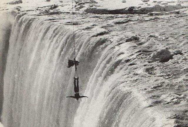 Одним из последних, кто зависал над Ниагарским водопадом был Джеймс Ренди , работающий для кинокомпании Торонто. 7 февраля 1975 он был вывешен с помощью подъемного крана над пропастью и провисел так в течение пяти минут, освобождаясь от смирительной рубашки. Этот трюк был выполнен для телевизионной программы, и разрешение на него было получено от Комиссии Парков Ниагары.