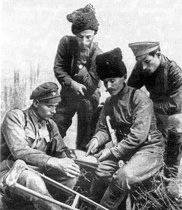 На фронт Чапаев попал в январе 1915 года и воевал впехоте. Был ранен. В июле 1915 года закончил учебную команду, получил звание младшего унтер-офицера, а в октябре — старшего.