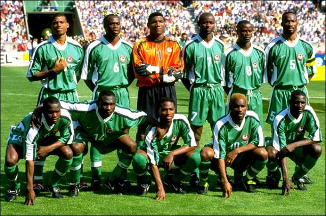 1998. Сборная Нигерии стала сенсацией, выйдя из своей группы. Футболисты почувствовали себя настоящими звездами и перед матчем 1/8 финала вместо подготовки к игре выбивали себе повышенные премиальные.