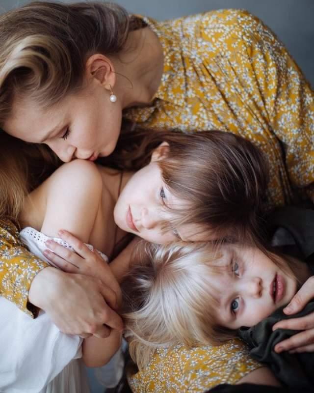 Юлия Пересильд Актриса воспитывает девятилетнюю Аню и шестилетнюю Машу. Только в октябре 2017 года Пересильд подтвердила, что родила от режиссера Алексея Учителя.