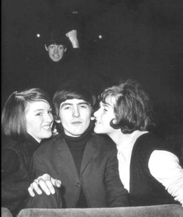 Фотобомбы были уже тогда. Пол Маккартни забомбил фото Джорджа Харрисона.