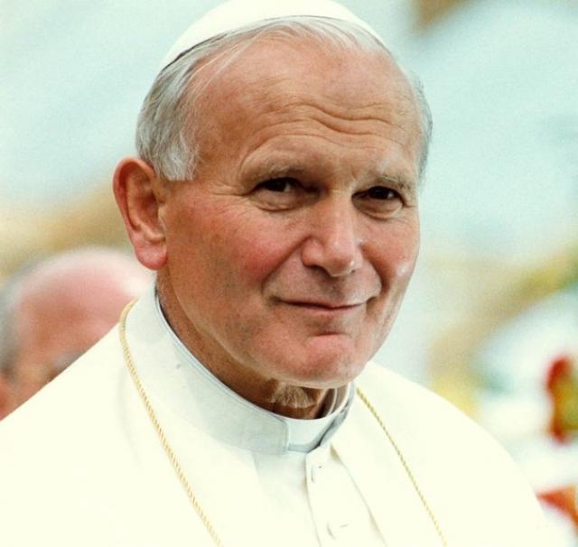 Иоанн Павел II обедал в тот день со своими давними друзьями - профессором Жеромом Лежене - выдающимся французским генетиком - и его женой.