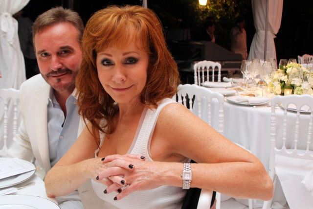 Кантри-певица Риба Макинтайр рассталась с мужем Нарвелом Блэкстоком в августе после 26 лет совместной жизни.