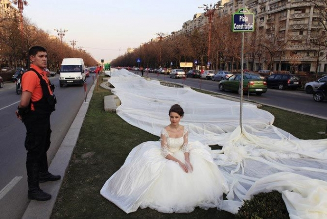 20 марта 2012 года румынская модель Эмма из Бухареста примерила на себя свадебное платье с подолом 2 750 м в длину, побив тем самым прошлый рекорд 2 488 м.
