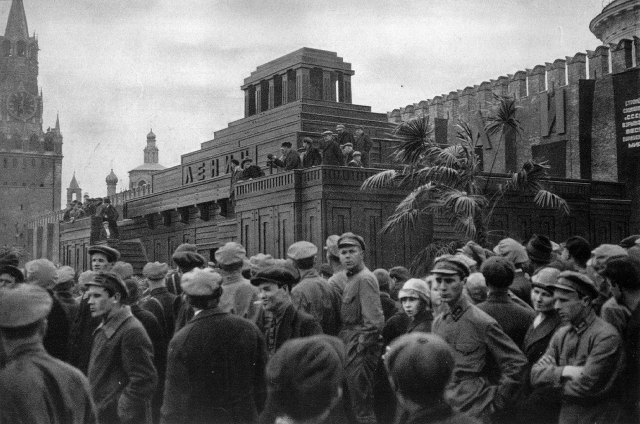 19 марта 1934 года. Тело Ленина было помещено в Мавзолей 27 января 1924 года.