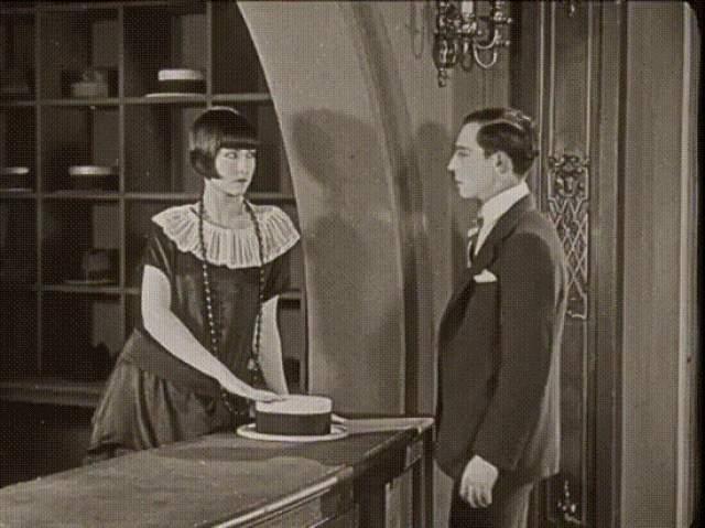 """Бастер Китон, """"Игорный дом"""" (1921). Великий американский комик сыграл в картине одновременно всех членов труппы, зрителей и даже обезьянку."""