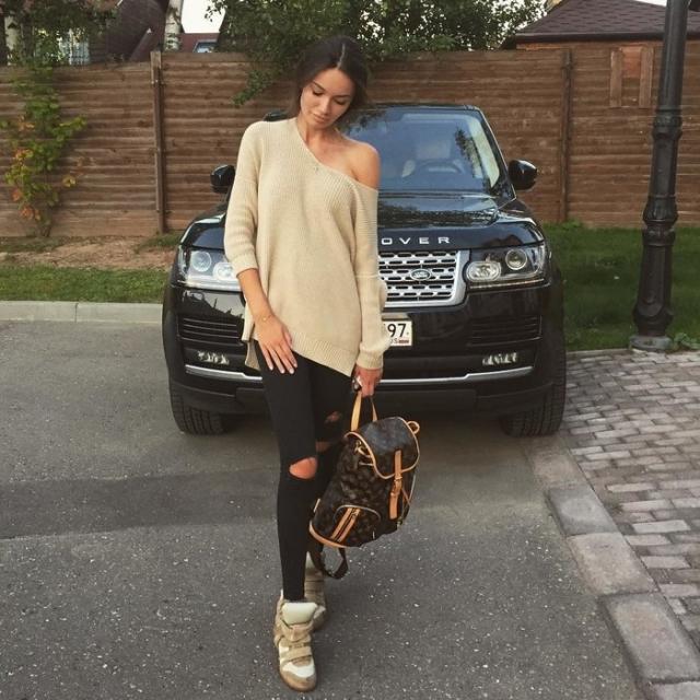 Кристина Озимкова. Дочь инвестора и строителя Романа Озимкова очень любит демонстрировать на страницах в соцсетях свои авто, среди которых Porsche, Range Rover и Mercedes.