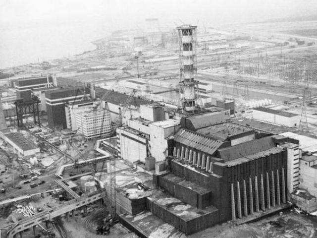 Основанием для такого предположения является сейсмический толчок, зафиксированный примерно в момент аварии в районе расположения Чернобыльской АЭС. Кроме того, как установили геофизики, сам 4-й энергоблок стоит на тектоническом разломе земных плит, и даже более того - на узле разлома.