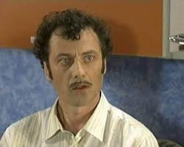 """Весной 1996 года друзья Алексей Агопьян и Юрий Стыцковский создали юмористических тележурнал """"Хул Хаус"""", который через некоторое время переименовали в """"Каламбур"""". В новом шоу, помимо основателей дуэта """"Сладкая жизнь"""", выступали многие известные актеры. Скетчи первоначально транслировались в эфире канала """"ОРТ"""", а с 2000 года - телеканала """"РТР""""."""