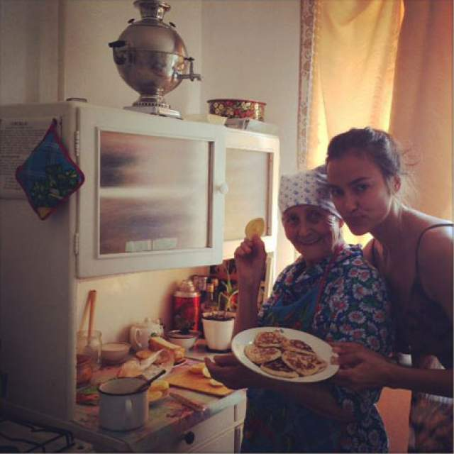Также все время, что Шайхлисламова живет в США, она не забывает родной Еманжелинск: выделяет средства в помощь детям-отказникам, помогает собирать средства на операции для больных детей.