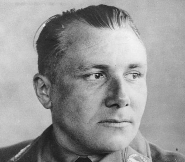 """После ареста Артур Аксман вспоминал, что Борман бежал вместе с ним из Берлина, но после того, как они угодили к русским, он нашел Бормана уже бездыханным: """"Я обратился к Борману, дотронулся до него, стал тормошить. Он не дышал"""" ."""