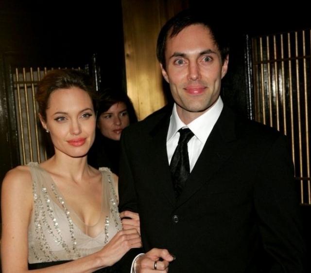 Джеймс Хейвен Войт. Старший брат Анджелины Джоли тоже окончил актерскую школу, некоторое время даже был директором своей сестры, когда та начинала свою актерскую карьеру.