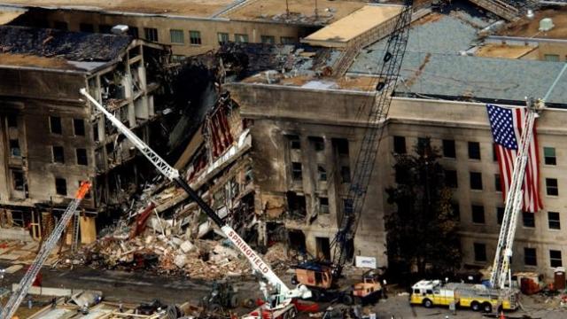 """Погиб 341 пожарный и 2 парамедика нью-йоркского пожарного департамента, 60 полицейских и 8 сотрудников """"скорой помощи""""."""