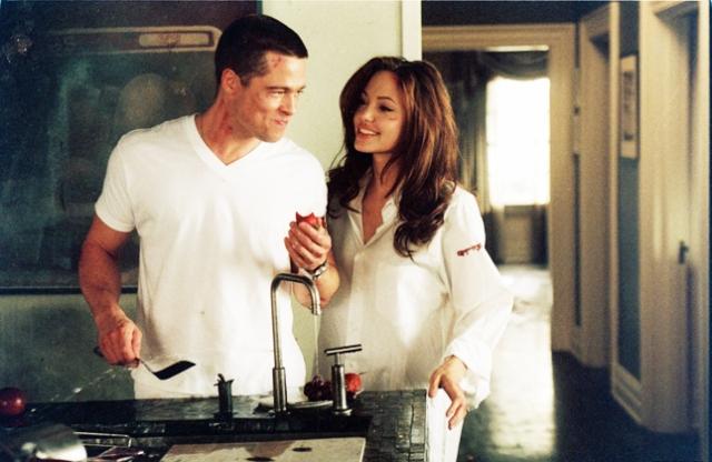 """Анджелина Джоли и Брэд Питт. Пара познакомилась на съемках фильма """"Мистер и миссис Смит"""" и поначалу ничто не предвещало романтических отношений актеров, но позже СМИ начали трубить о том, что их связывают не только рабочие моменты."""