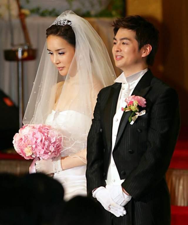 Несколько лет девушка прожила в Японии, где поступила на работу в модельное агенство, тогда же она взяла псевдоним Харису. Официально женщина уже почти 10 лет состоит в законном браке с корейским реп-исполнителем.