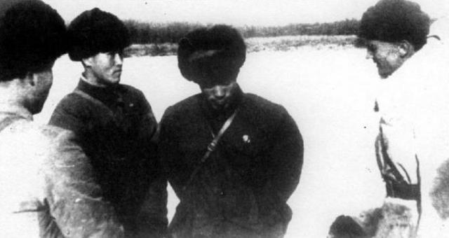 В 10:40 они прибыли к южной оконечности острова. Пограничники под командованием Стрельникова разделились на две группы, которым предстояло окружить китайских военных.