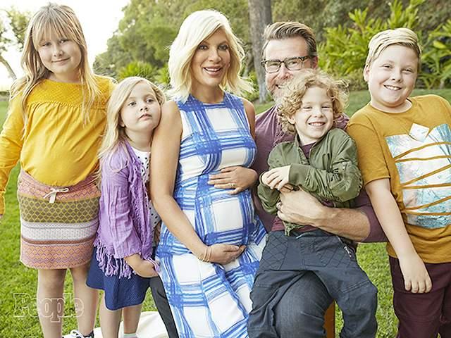 """Тори Спеллинг, 45 лет. Звезда популярного в 90-е сериала """"Беверли-Хиллз 90210"""" пережила страшный стресс, связанный с изменами супруга. От которого у актрисы, к слову, сейчас пятеро детей, а в год, когда происходили события, было четверо."""