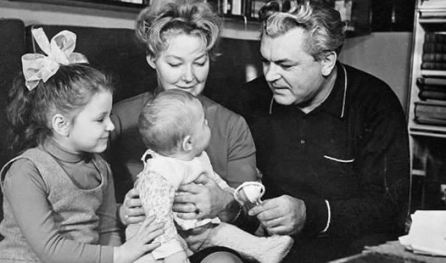 Брак распался, когда в конце 50-х Сергей увлекся актрисой Ириной Скобцевой, которой хранил верность до самой смерти. В этом союзе на свет появилась дочь Алена (умерла от рака в 2009 году)