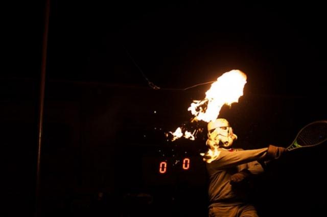 Огненный теннис. Соревнования проводятся не просто с горящим теннисным мячом - его заменяет пылающий рулон туалетной бумаги.