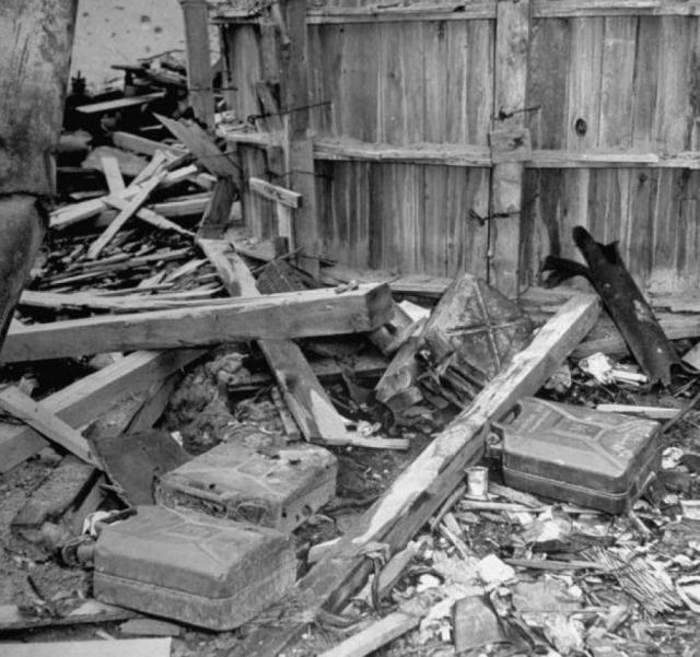 По приказу Бормана тела умерших были завернуты в одеяла, вынесены во двор, политы бензином и сожжены в воронке от снаряда. Так как горели они плохо, полусожженные трупы эсэсовцы закопали в землю.