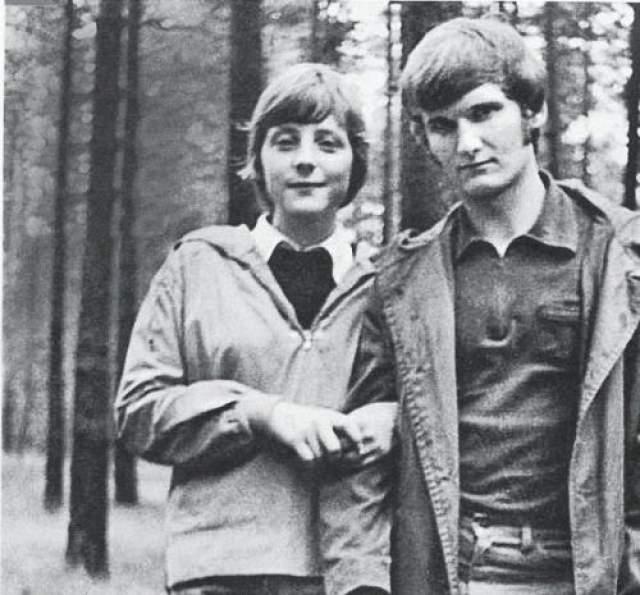 Ангела Меркель и Иоахим Зауэр Поженились в 1998 году. Канцлер Германии Ангела Меркель в юности была девушкой свободных взглядов: не гнушалась вечеринок и не стеснялась принимать ухаживания разных молодых людей. На фото: Ангела Каснер с приятелем в начале 1970-х
